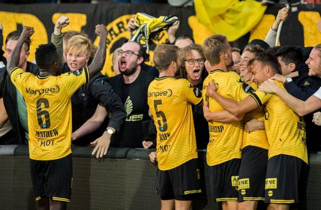 JUBEL: Det ligger an til mange slike scener på Åråsen denne sesongen. Her feirer LSK-spillerne sammen med supporterne etter at Fredrik Krogstad (i midten t.h.) har scoret i cupkampen mot Stabæk i fjor.