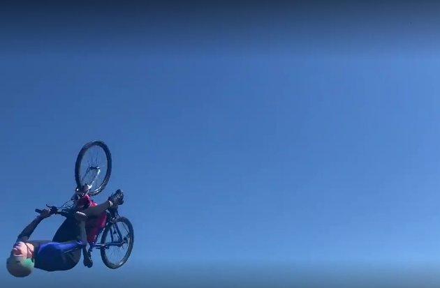 BACKFLIP: Daniel Johansen forsøkte seg på en backflip fra vannhoppet.