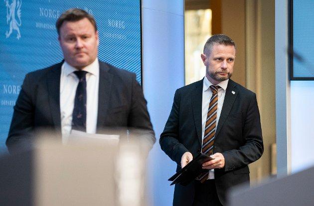 Espen Rostrup Nakstad og helse- og omsorgsminister Bent Høie under en tidligere pressekonferanse om koronasituasjonen.