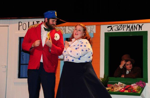 Skuespillerne koser seg på scenen og leverer en flott familieforestilling.