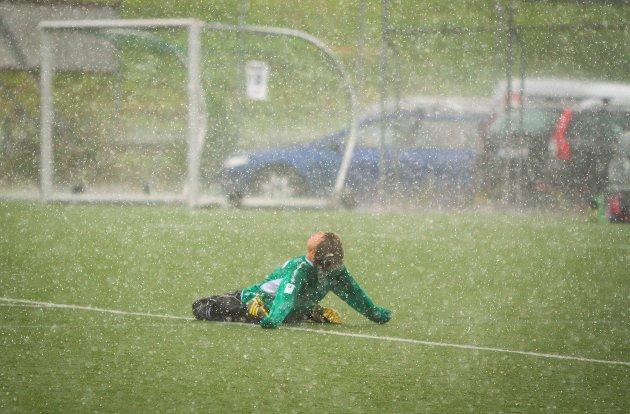 STYRTREGN: Meteorologane varslar store nedbørsmengder onsdag ettermiddag. Fjorårets Kvernbitcup fekk også sin del av regn, men skal vi tru meteorologane går helgas arrangement klar av dei verste regnbygane.