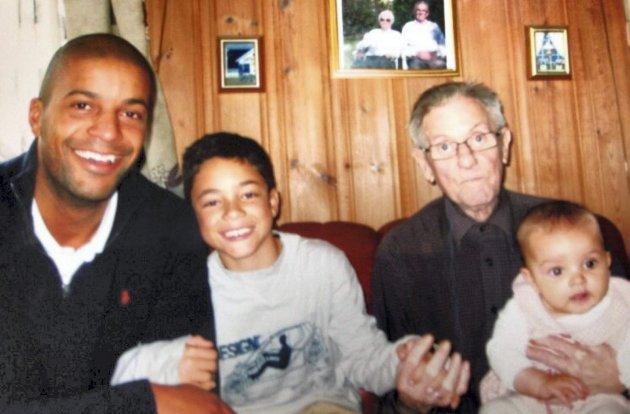 – Morfar var fyrtårnet og ankeret som formet meg til den jeg er i dag. Han gikk bort i 2011. I disse dager kjenner jeg at jeg blir lei meg på vegne av andre barnebarn og besteforeldre som ikke kan være sammen, skriver Christian Olowo her sammen med sine barn og morfar. Foto: Privat