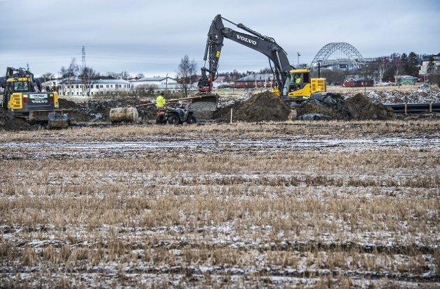 Bygges ned: Bildet er fra Oldenborgila på Østsiden der boligbygging på dyrket mark står for tur. Bildet viser graving til vann og avløp.  Arkivfoto: Geir A. Carlsson