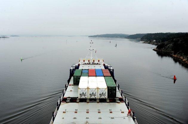 """Containerskipet """"Electron"""" på vei ut fra Borg Havn. Den trange leden bør  utvides, mener ordføreren. Nei, sier Jeppe Pettersen."""