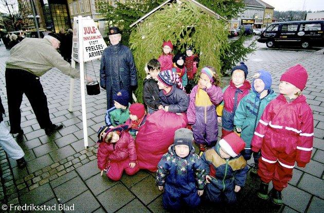 Barna i Smertulia barnehage har samlet inn gaver som de overrekker til Frelsesarmeen: Drøyt 40 gaver lå i sekken fra barnehagen som ble overrakt soldat Mary Brynhildsen.  Fotograf: Erik Hagen TattDato: 20001221