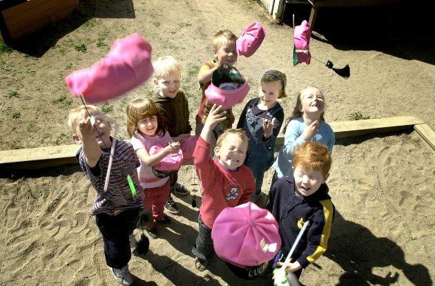 Rosarussen i Petrikirken barnehave feirer med luer og egne knuteregler. Foto: Elise Halvorsen, 15.05.2001