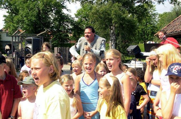 Ravelinfest i Gamlebyen: Kai Robert utkledd som mus i fiberpelsdrakt underholder. Foto: Nina Katinka Fredriksen, 21.07.2001