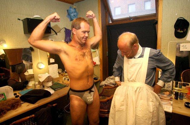 """Back-stage på den 50. forestillingen med """"3 Kæll - mer enn hjerne"""": Atle Jensen (t.v) viser krefter overfor Roger Amundsen. Foto: Erik Hagen, 03.08.2001"""