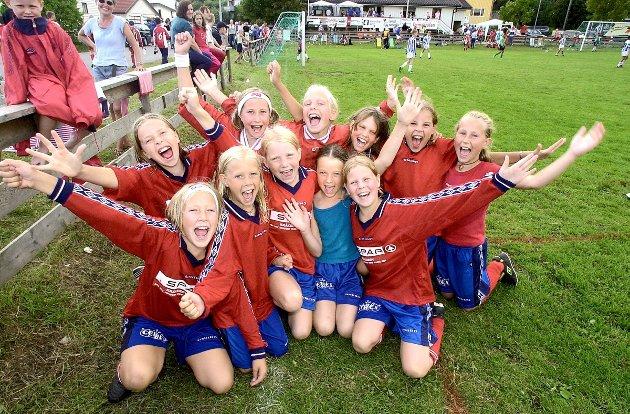 Trosvik Cup i fotball: Jentelaget til Begby jubler for seier. Foto: Lasse Eriksson, 18.08.2001