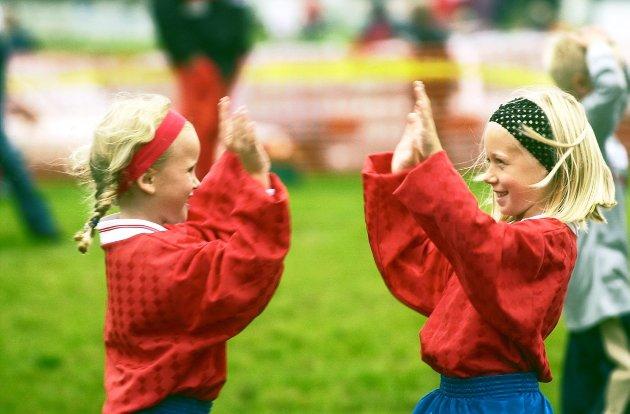 GIF-cup i Trondalen: Gresvik IF arrangerte cupen for 29. gang med 100 påmeldte lag. Her feirer Pernille Hoff (til venstre) og Ingrid Sannerød fra Ekholt scoring mot Greåker. Foto: Nina Katinka Fredriksen, 26.08.2001