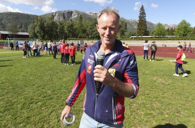 FORNØYD: En meget fornøyd Kjell Vidar Norheim. Han har vært drivkraften bak friidretten i Hattfjelldal, og nå vokser friidretten som bare det over hele Helgeland. Han var speaker under stevnet, og holdt i trådene.