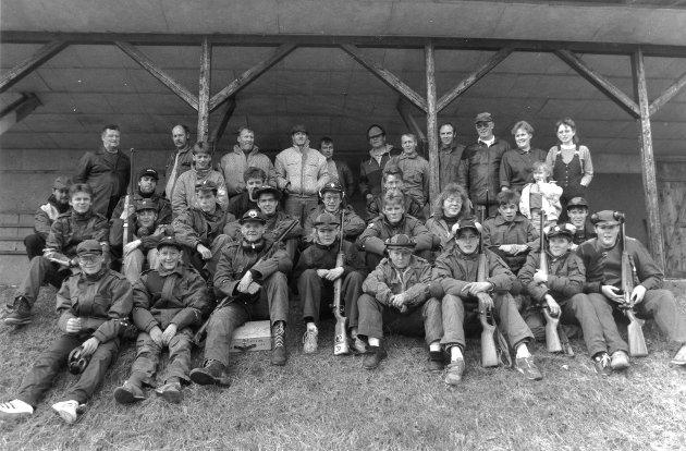 Skyttersamling 1989. En fin gjeng på skyttersamling. Her er deltakere, kokker, ledere og andre interesserte samlet foran standplassen.
