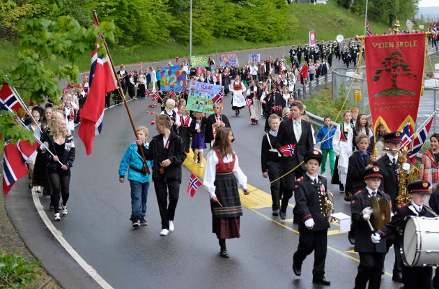 17. mai: Veien skole på vei ned mot sentrum