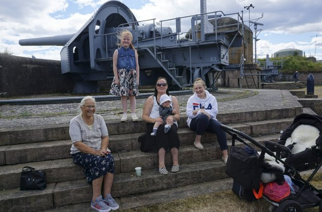 KANONVÆR: Hulda Lindhjem (f.v.), Toril Lindhjem Giskås fra Røyken, Johan (8 md.), Fia Alexandra Giskås (16) og Jenny Garnmo Lindhjem (9) fra Røyken har tenkt seg tilbake til Oscarsborg i løpet av sommeren