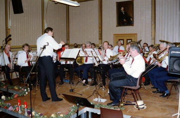8. november 1993:    Framnes Gubbeorkester  Det var den om at de gamle er eldst som falt en inn da Framnes Gubbeorkester dro igang jubileumskonserten i Kurbadet igår, velsillende, velopplagt og velklingende. Dirigenten er Åge Lien.