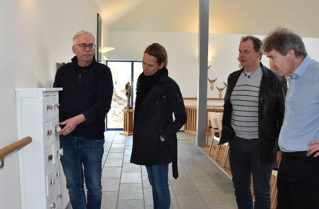 BRUKE ANDRE SANSER: Døveprest Marco Kanehl forteller om innholdet i skuffene. Noen av dem er tomme og kan fylles med valgfrie saker, som for eksempel sjokolade. Høyrepolitiker Hanne Børresen Johansen, senterpartiets Bjarne Sommerstad og kunstnerisk leder av KI, Dag Nilssen får en miniomvisning. FOTO: Vibeke Bjerkaas