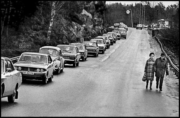 Før: 1975. Svinesund, på svensk side. Her gikk altså E6 til Sverige og Europa på 70-tallet. Dette var i påska, og undertegnede var inne i sitt første år som freelancer for Sarpsborg Arbeiderblad. Og gode SA skrev den gang, som i dag, mye om påsketrafikken.Folk valfartet til søta bror for å gjøre noen «varp». Som idag, dog i mye større skala. De fleste kom med bil, men noen tok beina fatt også. Og etter hva jeg husker, så jeg ingen overstadig berusede normenn. Men det jeg husker godt, var den knøttlille Shell-stasjonen øverst til høyre i bildet. Bilparken ser ut som en ansamling av elendige 70-talls japanske biler, pluss noen gode Volvoer og Saaber.