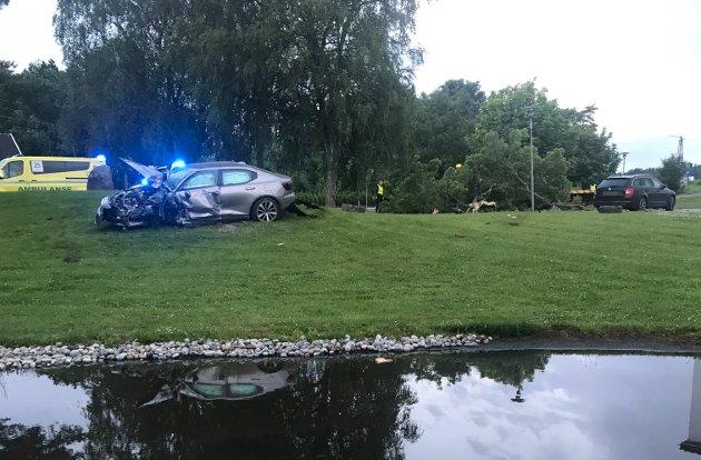 Bilen har kommet fra E6 i retning Stasjonsbyen i stor fart. På bakketoppen ved SKjeberg folkehøgskole har det gått galt, og bilen med to personer om bord har kjørt av veien og inn i et tre,