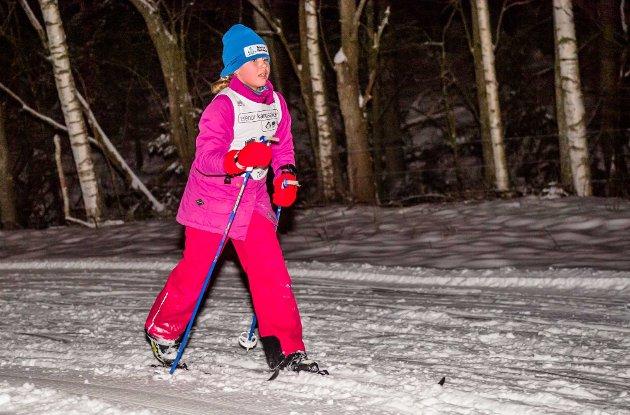 Ikke så lange biten igjen. Mathilde (9) Aschehoug har fått øye på kontrollørene ved målstreken under Telenor skikarusell på skistadion ved Nordskogen onsdag.