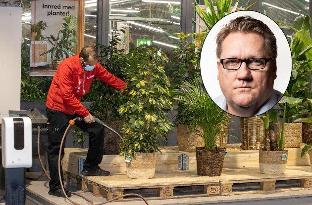 HARDT PRESSET: «La dugnadsånden i byen blomstre», skriver Eirik Mosveen (innfelt). Her steller Moshtin Ahktar med plantene på Plantasjen, som i helga måtte stenge for vanlig kundebesøk.