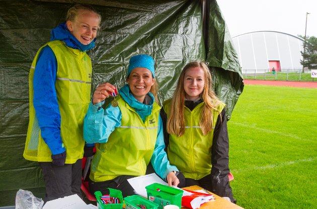 Margit Amalie Jøsendal, Marita Tunes og Evie Kalnes Dencker synest vêret kunne vore betre, men kosar seg likevel med å dele ut medaljar.
