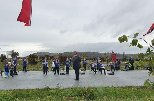Slo an tonen: Arrangementet på Mosterøy startet på Kadlaneset friluftsområdet ved Dysjalandsvågen på Vaula. Der spilte Mosterøy skolekorps ledet av dirigent Per Kristian Svensen.