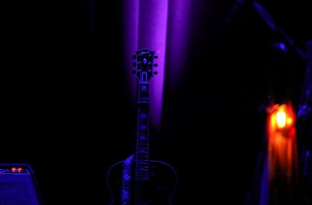 Her står det ein Gibson med seks strenger og ventar på at nokon skal kome og spele på den. Den lokka og lurte, og eg var freista til å sprette opp på scena og peise på med Personal Jesus. Utan Benjamin Eggen på vokal. Heldigvis for alle klarte eg å halde meg i skinnet.