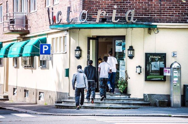 Flyktniger som kom til Hotel Victoria i slutten av september.  – Har de gitt oss grunn til uro, spør Svein Roald Hansen.