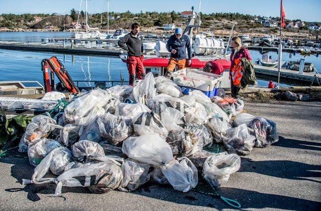 Årlig rydder Skjærgårdstjenesten og andre uttalige tonn plast i vårt nærmiljø. Her fra en aksjon ved Slevik.