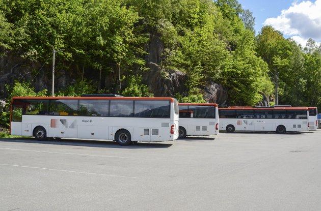 Bussrutene her er retta mot ungdomen fordi me ikkje har moglegheit til å køyre sjølv, og burde difor blitt tilrettelagde for oss, skriv Marthe Elina H. Åkre og Idunn Sivertsen.