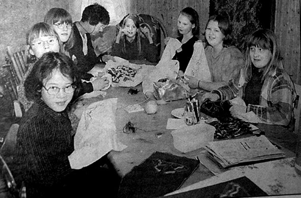 Flakstad Husflidslag holdt kurs for  unge i tradisjonelle broderiteknikker. Åtte ivrige jenter i alderen ni til tolv år hadde møtt opp på Friisgården for å lære broderikunsten.  Fv. May Runa Kirkesæther, Hanne Mari Granlund, Irene Johansen, Jorunn Thomassen, Ann Kristin Myrnes, Ramona Aileen Johansen, Anne Birgith Mørkve og Kristine Johansen.