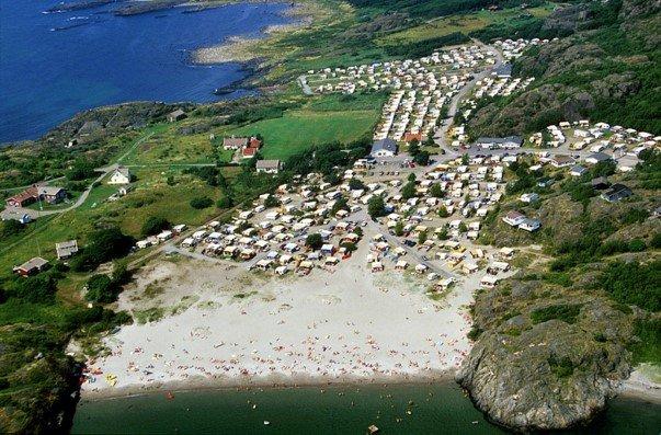 Oddane Sand, med omkringliggende campere en fullbooket sommerdag. Men så reiser de igjen omkring 20. august. Kan vi gjøre noe med det, spør Per Nyhus i dette innlegget