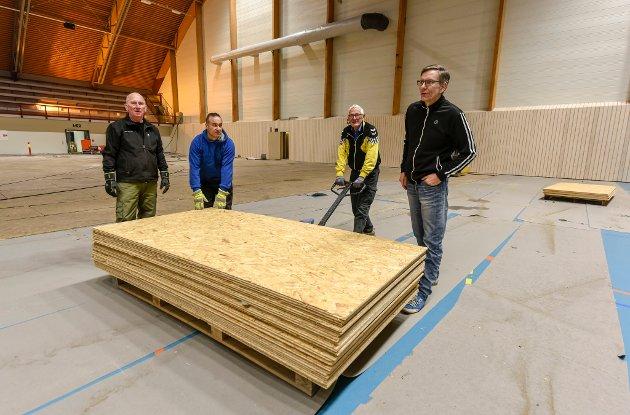 Terje Larsen, Haitham Alahmad, Bjørn Selfors og Eirik Guttormsen med en av de mange pallene fulle av plater.
