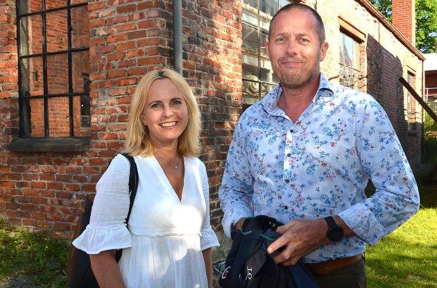 """GLEDER OSS VELDIG: – Dette gleder vi oss veldig til, forteller Pia Berg og Simen Gunneng i det de ankommer for å overvære revyen """"Alt var bedre før""""."""
