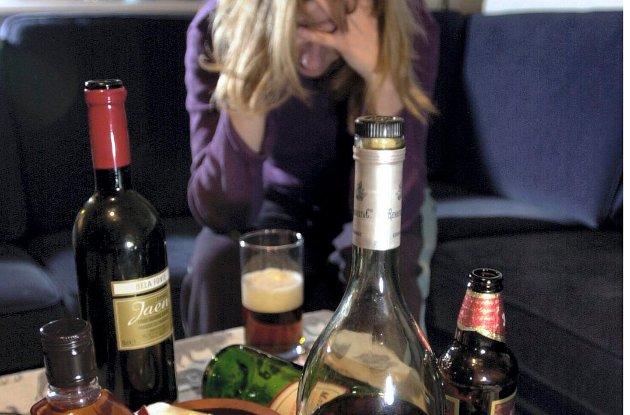 UBEHAGELIG: Det behøver ikke være snakk om fester som går helt over styr før voksnes alkoholbruk skaper utrygghet for barna, poengterer forfatterne.
