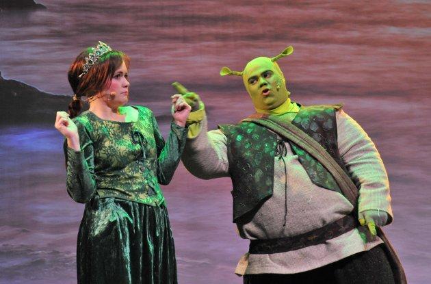 Bendik Simensen (22) som Shrek og Christina Tindvik Strøm (28) som prinsesse Fiona.