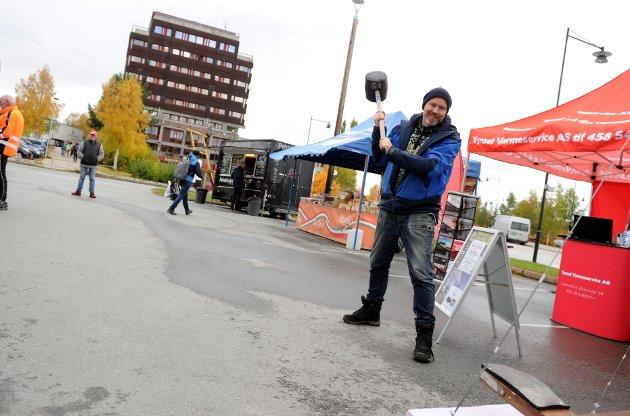 I GANG: Mart`n-koordinator Jan Idar Slettan markerte starten av Tynsetmart`n med et slag med tivoli-slegga