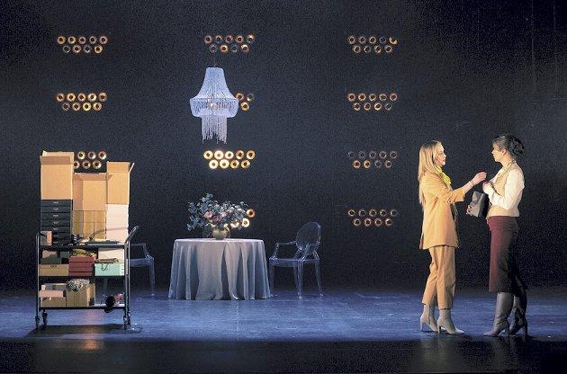 Kamilla Grønli Hartvig om forretningskvinnen forer den desperate Emma Bovary (Emelia Roosmann) med både galopperende gjeld og en rekke luksusvarer hovedpersonen på ingen måte har råd til.