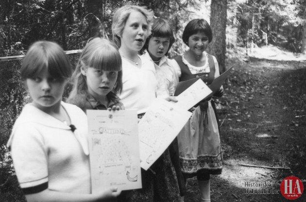 Publisert: 19. mai 1980 - Riktig hyggelig og 4.000 mennesker på Aspedammen. Dette vil vi ha igjen neste 17. mai! En pen bukett 17. mai-barn på vei inn i skogen på skattejakt.