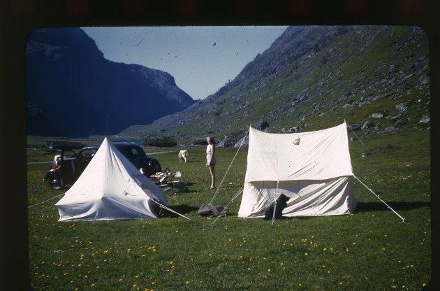 Bilturisme i Valldalen 1951-52. Bilde: Norsk Teknisk Museum Foto: J. L. Nerlien AS