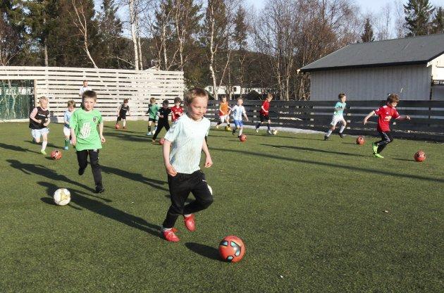 OLDERSKOG KUNSTGRESS: Første trening utendørs mandag 19. april. Olderskogs lag med spillere født 2014 trente i fotballbingen på Olderskog stadion.