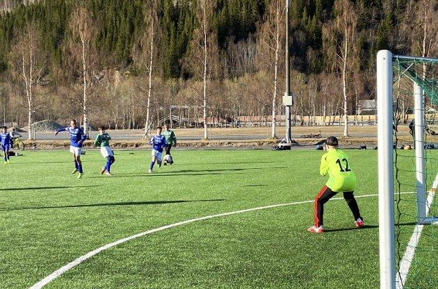 SKUDD: Her fastsetter Jonas Forsmo Kapskarmo sluttresultatet til 5-2 med et godt skudd. MIL-keeper Jonas Murbræch Hagen klarer ikke å stoppe skuddet.