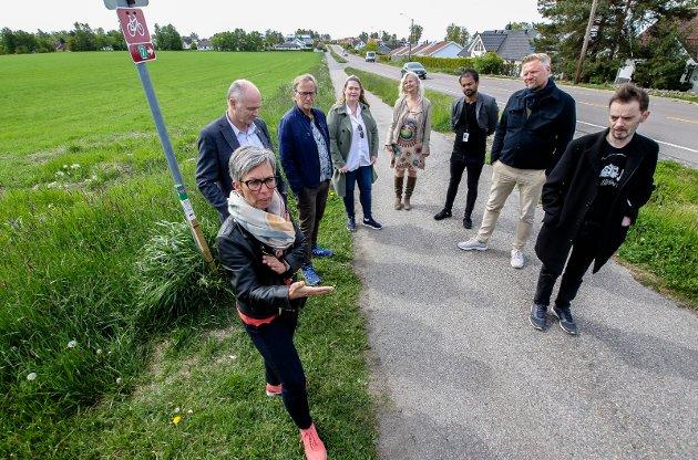 PRIORITERER JORDVERN: Posisjonen i Moss sa nei til utbygging av Kallumjordet og ble i den forbindelse fotografert der. Fra v: Ordfører Hanne Tollerud (Ap), varaordfører Tor Petter Ekroll (Sp), Eirik Tveiten (Rødt), Annette Lindahl Raakil, Benedicte Lund (MDG), Shakil Rehman (Ap), Finn Jensen (Krf) og Øivind Tandberg-Hanssen (SV). FOTO: Terje Holm