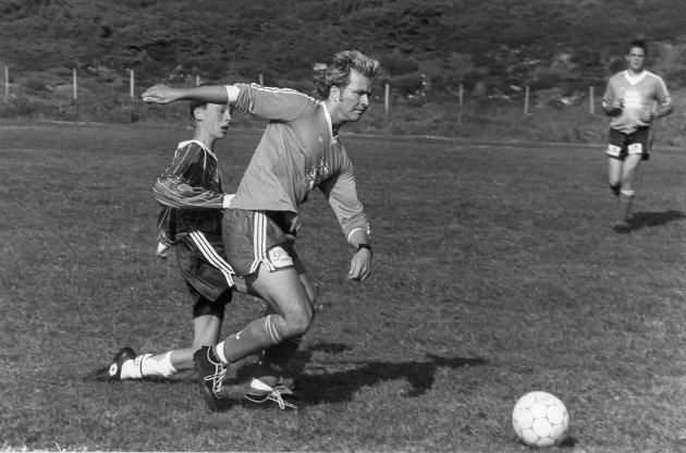 Sommercup Lurøy, 1992. Forballferie betyr feriefotball i Lurøy. IL Bro fra Onøy/Lurøy inviterte kommunens fotballspillende fastboende og ferierende til gladfotball i strålende sommersol og kystbris på Lurøy stadion.