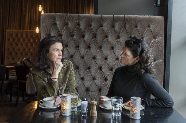 MER URBAN: Hønefoss har gjennomgått en forvandlingsprosess og er i dag langt mer urban, åpen og inkluderende, enn da jeg først kom hit for 33 år siden, bekrefter Janne Aslaksrud (til høyre). Her sammen med Trude B. Hauge.