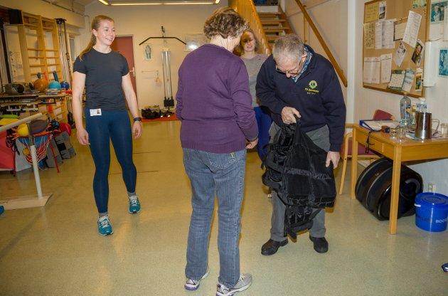 Forebyggende team har trening med Fallforebyggende gruppe på Filtvet Helsetun. De har fått 9 000 kroner i støtte fra Lions Club Hurum representert med Sten Vidar Mørch