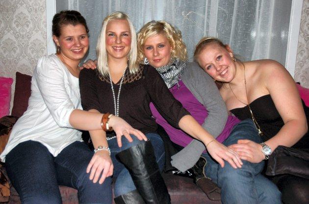 På Cactus: Elinor Abrahamsen (f.v.), Stine Jensen, Lena Christensen og Linn Marita Thorbjørnsen har jentekveld på byen.