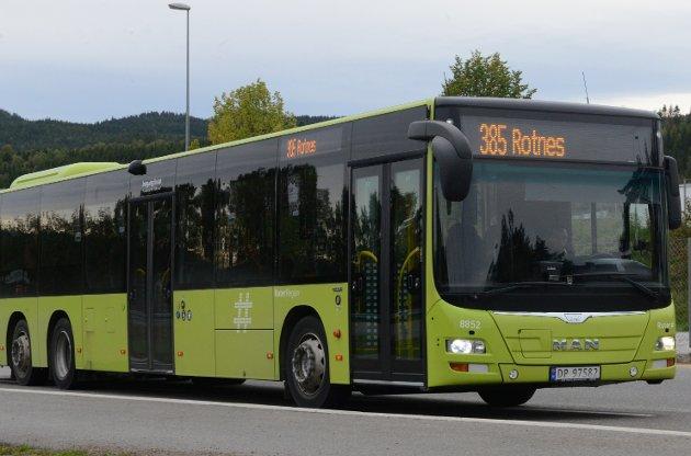 HONNØRTILSJÅFØR:Halvard Nyland utnevner en av sjåførene i Norgesbuss til hverdagshelt for å ha hjulpet en jente trygt over veien.