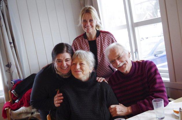 TOLGA: Anne Lise Lysgård (t.v.) hyller Rigmor Tollan, her med mannen Idar, på kvinnedagen. Bak står Retten-redaktør Guri Jortveit, som var taler på 8. mars-frokosten på Malmplassen på Tolga det året. Arkivfoto: Tonje H. Løkken