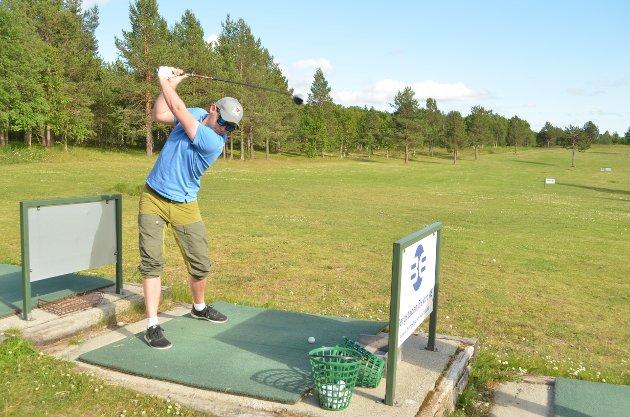 Jørn Engzelius i trening før turneringa starter. Her gjelder det å skyte golfballen rett og langt.